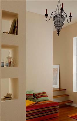 Salon couleur lin pour la peinture murale en association avec tissu couleur jaune et orange d'inspiration marocaine