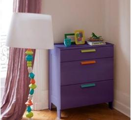 Repeindre un meuble en bois : Commode en bois dans chambre enfant repeinte avec peinture pour meuble GripActiv V33 couleur papillon. application directe sur le meuble en bois vernis ou ciré sans poncer ni sous-couche