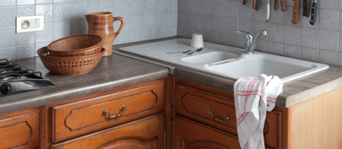 peinture pour meuble. GripActiv V33 la peinture pour repeindre meubles de cuisine en bois vernis rustique avec portes vernies ou cirées-photo avant
