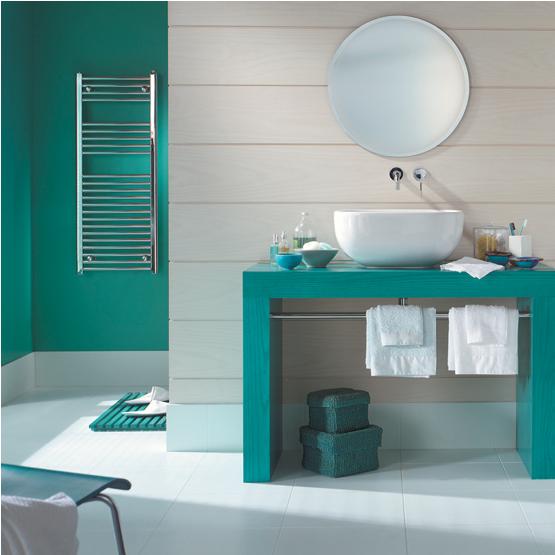 Couleur vert et blanc dans salle de bain. Décoration salle de bain-tendance couleur association couleurs vert émeraude et blanc pur