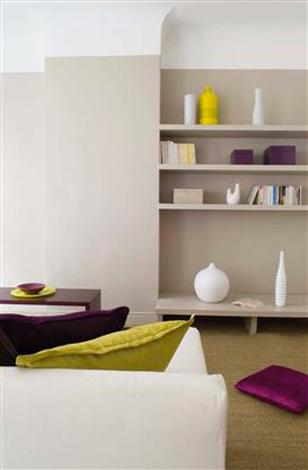 Une peinture couleur lin dans un salon contemporain, associée à des objets déco couleur prune et jaune citron. Photo Tollens