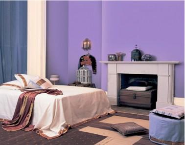 La couleur lavande, une variante raffinée pour une peinture chambre violet. Pour créer une ambiance romantique dans la chambre, le linge de lit satin de coton ecru, tapis chocolat et coussins taupe