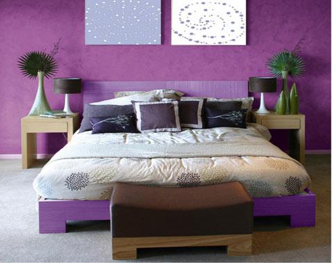 Déco chambre couleur violet et gris avec une peinture à la chaux couleur violet sur les murs sublimée par le gris perle de la moquette. Chevets et pied de lit en hetre naturel, lampe de chevet noir