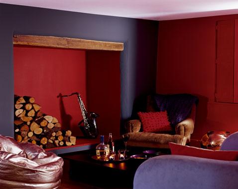 Ambiance campagne chic pour la décoration d'un salon avec peinture couleur violet et rouge pourpre, canapé et fauteuils nuance de violet