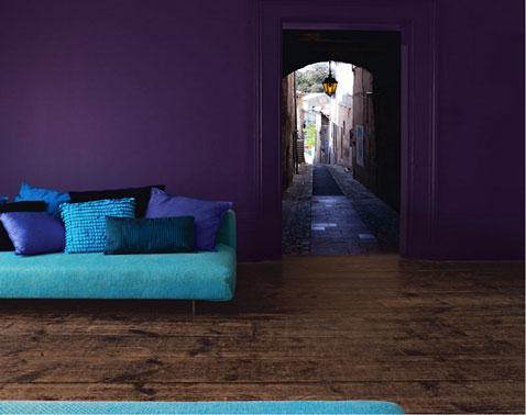 peinture salon couleur prune avec canapé bleu, ensemble de coussins nuance bleu et violet