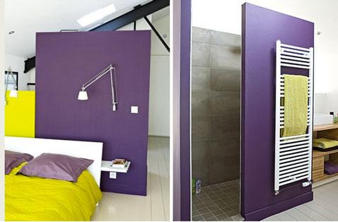 chambre dans loft avec salle de bain cloison séparation peinture couleur violet, linge de lit et linge de toilette couleur anis