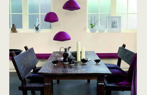 Déco d'une salle à manger couleur violet et noir pour sublimer une peinture murale couleur écru