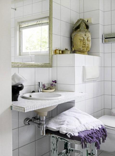 une salle de bain ambiance rétro avec carrelage 20X20 blanc, sur le plan de toilette mosaïque blanche