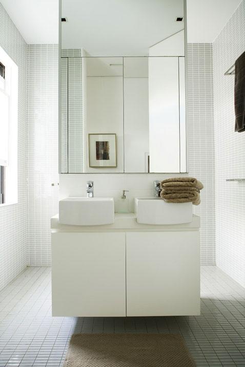 salle de bain design murs sol et plafon carrelage blanc meuble et vasques blanc