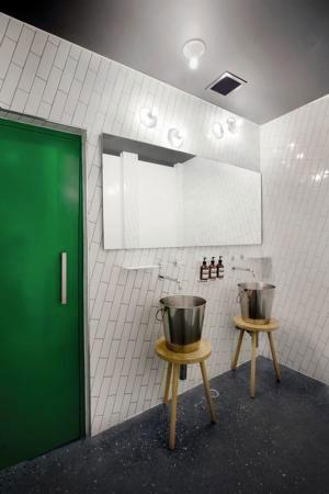 carrelage salle de bain posé en diagonale joint gris
