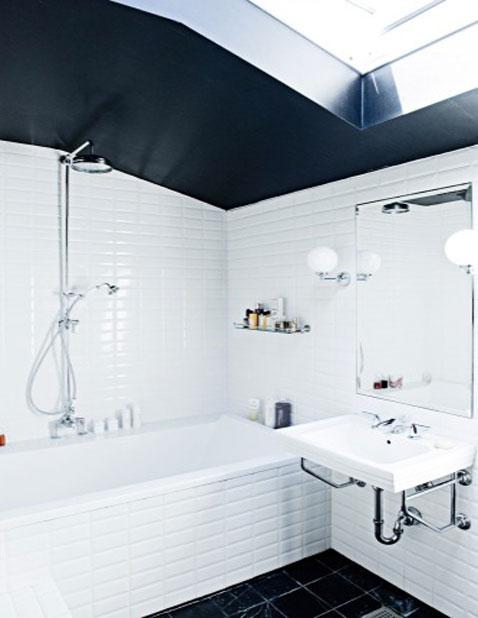salle de bain carrelage mural blanc au sol carrelage noir au plafond peinture noire finition brillant
