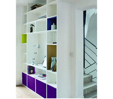 Bibliothèque intégrée peinture blanc Authentique de chez Tollens comme le mur et rehaussé par des casiers peints en couleurs flashy, violet, vert