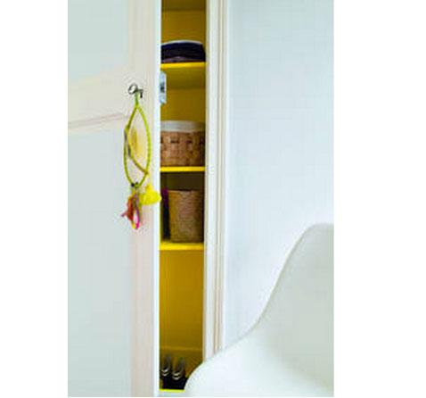 Peinture Esprit libre satin de Tollens couleur blanc antique pour les portes de placard de la chambré réhaussé par un jaune vif pour la peinture des étagères de l'intérieur du placard