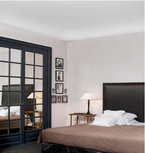 Le blanc cassé sur les murs de cette chambre se révèle par le contraste avec la peinture blanche du plafond. Référence teinte : Great white No-2006 Farrow & Ball