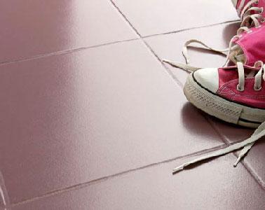 Pour rénover un carrelage sol dans une chambre sans tout casser, appliquer une peinture pour sol haute résistance aux chocs en deux couches à 6 heures d'intervalles. Référence : peinture sol Trafic Extrême de V33 nuancier 13 coloris en vente chez Castorama