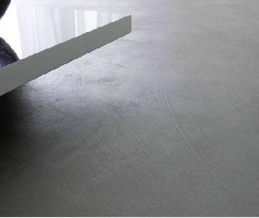 Une peinture pour donner un esprit loft aux sols de la maison y compris dans la salle de bain reproduisant l'effetbéton ciré une fois recouverte de son vernis protecteur adaptée à l'usage de la pièce. Elle s'applique à la taloche pour un fini aspect lisse et est lessivable. Cette peinture pour sol de Les Décoratives est compatible avec la zone de la douche et disponible en 6 coloris :  3 teintes de gris, beige aspect craie, violet et bleu. Référence : Peinture sol Loft Les Décoratives Prix : 45.50 € les 3 litres chez Leroy Merlin.