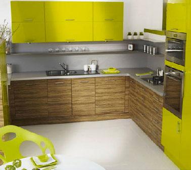 Pour relooker le carrelage sol de cette cuisine, une résine époxy de finition Résinence aspect satin appliquée après Résinence Color disponible en 36 couleurs. La résine déco sol d'aspect transparent, sans odeur est compatible avec un chauffage au sol assure une protection optimale. Elle convient également pour sol marbre et béton.