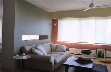 Un salon très élégant pour une ambiance contemporaine avec des couleurs qui renforcent l'architecture de la pièce
