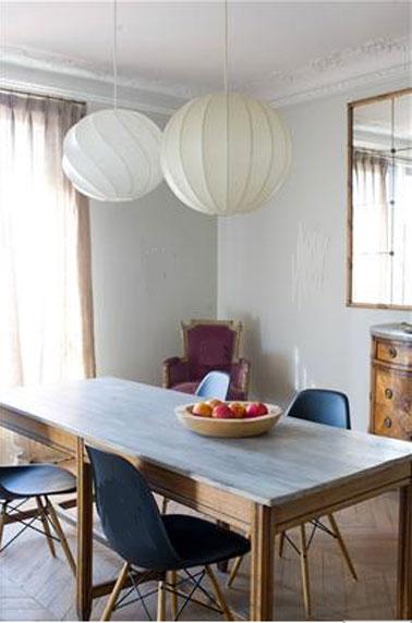 Mélange de style réussi dans cette salle grise où les touches de couleurs multiples s'harmonisent  autour des deux nuances de gris clair de la peinture murale. Fauteuils ancien tapissé d'un velours lie de vin, plateau de la table en bleu clair, chaise bleu/noir