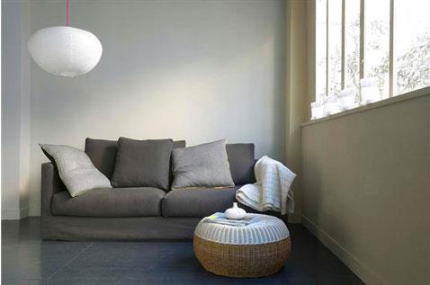 Un salon gris et taupe pour une ambiance empreinte de sérénité où la décoration s'orchestre autour des tons neutres