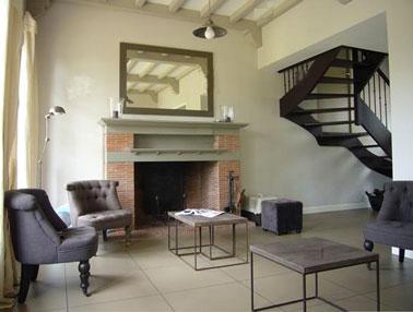 Déco salon gris avec fauteuils et escalier gris chaud dans salon couleur blanc cassé