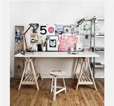 Un bureau sympa pour travailler dans une ambiance loft à réaliser soi-meme et à compléter avec cadre photo fait soi-même également et un tabouret bois et une étagère métallique