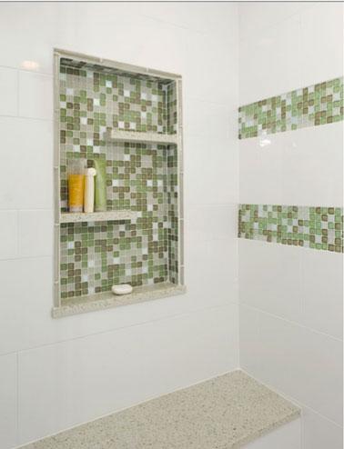 Encastrée dans un mur de la douche à l'italienne une niche carrelée de mosaïque se fait source de rangement et élément de déco.
