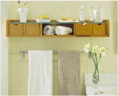 Un petit meuble casiers horizontal bien pratique placé au dessus du porte serviette dans la salle de bain