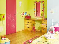 Une porte de couleur dans une chambre d'enfant une bonne idée pour égayer la déco de la chambre. Couleur vive ou pastel, le but est de mettre la porte en contraste avec la couleur de peinture des murs.