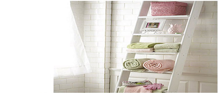 Pour optimiser le rangement salle de bain, les idées et astuces ne manque pas :étagères, échelles, niche dans la douche sont des pistes de rangement pratiques et déco.