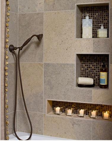 Installer des niches dans le mur de la baignoire et recouvert du même carrelage une astuce pratique et déco pour optimiser le rangement salle de bain