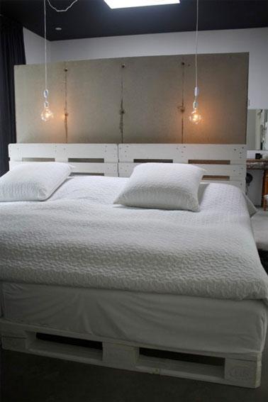 Le sommier en palettes est dissimulé par un couvre sommier, mettant en valeur les deux palettes peintes en blanc constituant la tête de lit