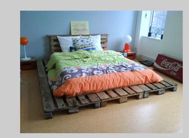 Tête de lit palette intégrée au sommier teintée marron pour un lit XXL fabriqué avec six autres palettes
