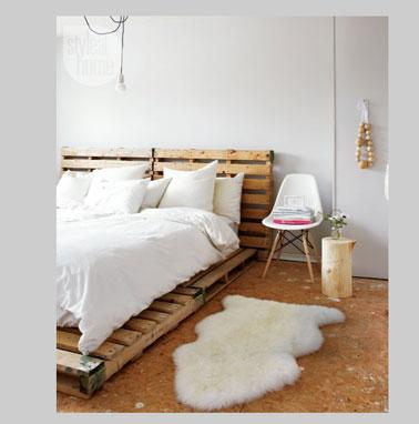 Sommier et tête de lit en palettes bois dans une chambre ambiance cocooning