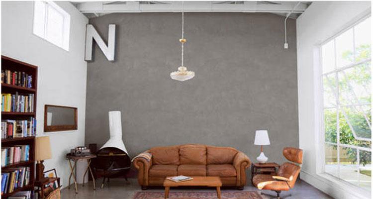Enduit décoratif effet béton gris de Toupret sur un pan de mur du salon