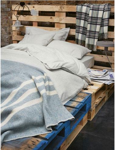 Les ado adoptent le lit en palette dans leur chambre. L'aspect brut, l'esprit déco recup les séduit eux aussi ! Pour ce lit aucune transformation des palettes, même la peinture bleu qui rappelle l'origine industriel des palettes est laissée en l'état. des touches de gris bleu en rappel et l'harmonie de la chambre est parfaite !