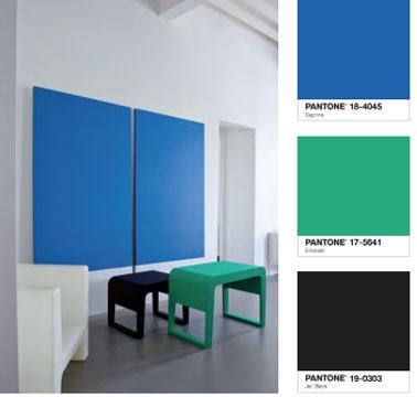 Idée couleur déco pour un salon design. Peinture murale blanche, grand panneau decoratif couleur bleu Daphné, table bassse peinte en vert émerald et noir