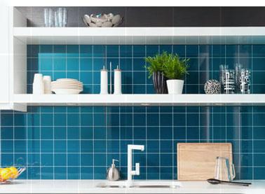 panneau décoratif en stratifié pour crédence cuisine, ultra fin, 2mm d'épaisseur et résistant aux fortes chaleurs. Disponibles en 9 couleurs