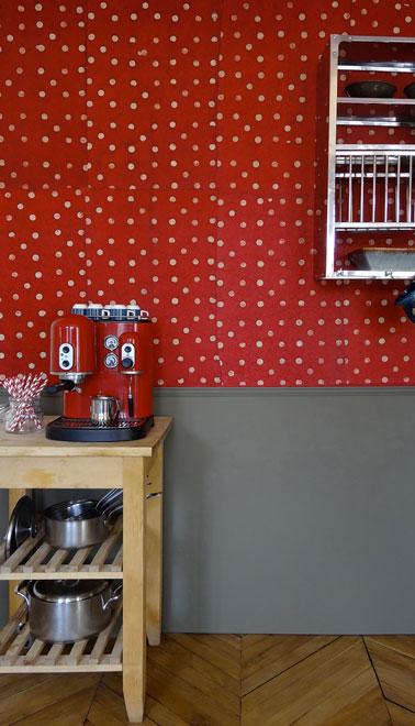 Décoration cuisine avec papier peint vintage rouge à pois blanc coordonné à un soubassement peint en gris souris Papier peint intissé 75 € les 10 feuilles Le Monde Sauvage