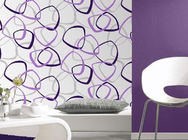 Décoration salon tendance avec papier peint vintage et peinture couleur violet. Réf : Papier peint vinyle expansé sur papier 19.80 € chez Leroy Merlin