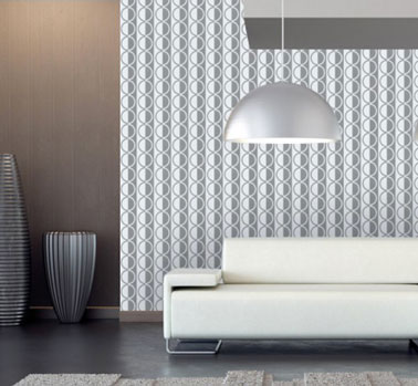 Papier peint pour salon esprit vintage à rayures verticales grise argentée avec canapé cuir blanc. Collection Spot d'As 33.50 € chez Papier Peint Direct