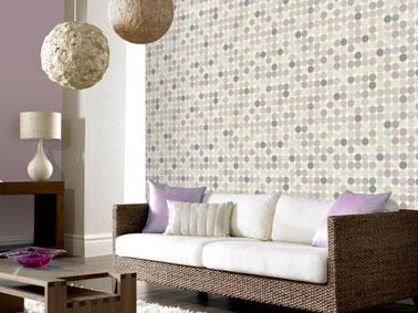 Déco salon zen avec un Papier peint vintage motif pois couleur lin et violet Leroy Merlin en harmonie avec canapé et suspension papier