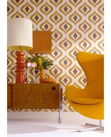 Papier peint style seventies dans salon motifs couleur orange et marron. Rouleau de 10m .Papier peint intissé collection «Trippy» Raccord de 32 cm. Graham & Brown