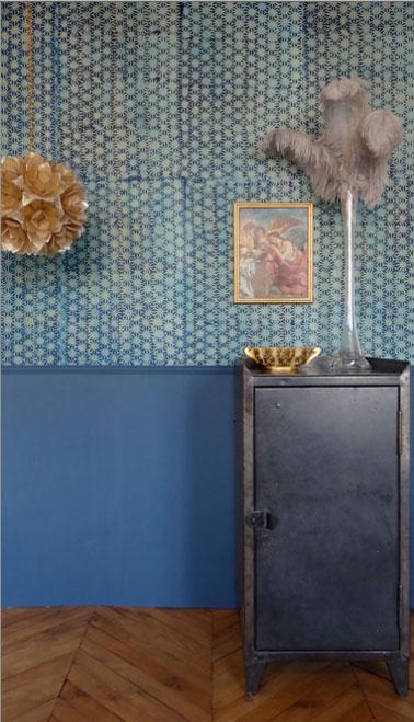 Décoration salon style vintage avec papier peint motifs pois couleur bleu vert posé au dessus d'un soubassement peinture couleur bleu éléctrique