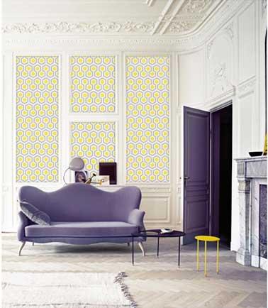 Motifs jaune et parme en écho au canapé design et à la peinture des portes pour un papier peint intissé géometric vintage Le Papiers De Ninon, 49.90 € La Redoute.