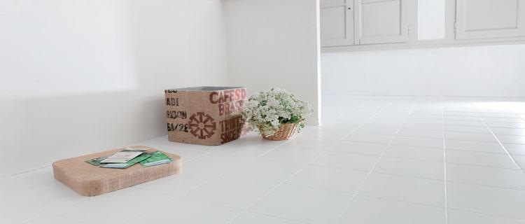 Pour peindre du carrelage sol dans la salle de bain, Une peinture sol en application directe, Nuancier Peinture 5 couleurs Rénovation sol V33