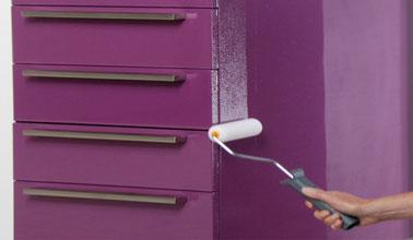 Repeindre des meubles de cuisine avec une résine couleur violet, application directe en 2 couches de Résinence