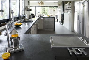 Une bonne idée pour relooker sa cuisine pas cher : Peindre le plan de travail de sa cuisine avec les bétons cirés décoratifs Mercadier, couleur gris anthracite