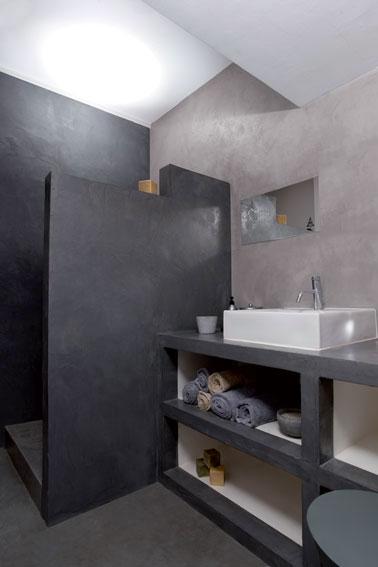 salle de bain italienne en béton ciré. Paroi, murs et plan de salle de bain en deux ton de béton ciré gris