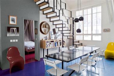 couleurs salle à manger pour une déco des années 60. Sol peint bleu vif, mur gris souris et blanc, fauteuil 60' rouge et jaune.